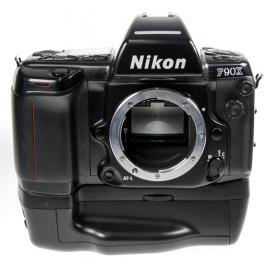 Nikon F90X + Nikon Akkukahva MB-10